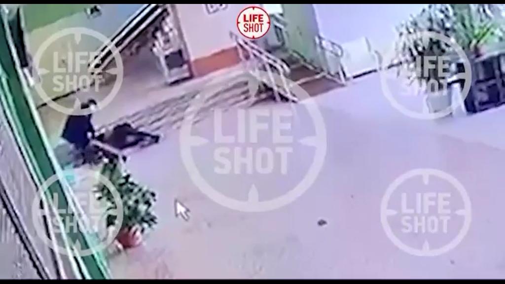 Momentul în care atacatorul din Perm, Rusia, este rănit.