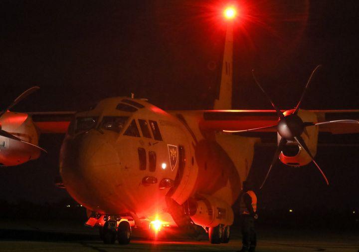 aeronava c27j spartan, noaptea, pe intuneric